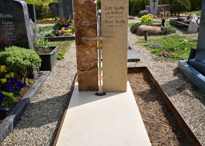 Jurakalkstein/Kristallmarmor auf dem Friedhof in Ostfildern Ruit