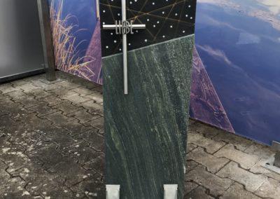 """Das Modell """"Orbit"""" mit Kreuz in Dorfer Grün/Ind. Black"""